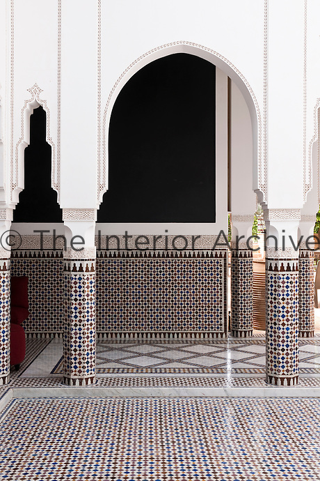 In the courtyard the Moroccan style is evident: an intricate floor laid with mosaic tiles and the typical arches