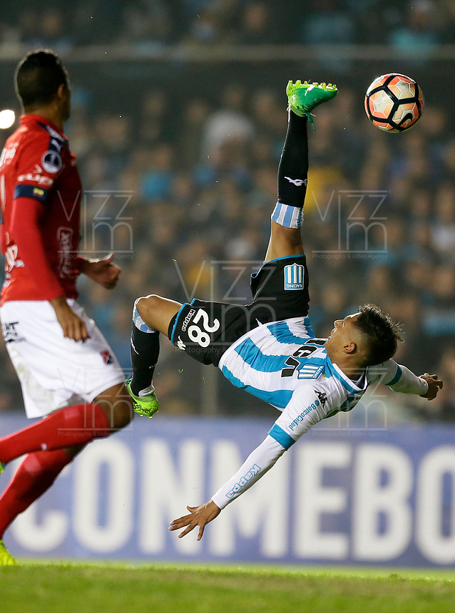 AVELLANEDA - ARGENTINA - 29 - 06 - 2017: Federico Zaracho (Der.) jugador de Racing Club, disputa el balon con Marco Torsigueri (Izq.) jugador de Deportivo Independiente Medellin, durante partido entre Racing Club de Argentina y Deportivo Independiente Medellin de Colombia, por la segunda fase llave 1 por la Copa Conmebol Sudamericana 2017 en el estadio Juan Domingo Peron, de la ciudad de Avellaneda. / Federico Zaracho (R) player of Racing Club, figths for the ball with Marco Torsigueri (L) player of Deportivo Independiente Medellin, during a match between Racing Club of Argentina and Deportivo Independiente Medellin of Colombia of the second phase, key 1 for the Copa Conmebol Sudamericana 2017, at the Juan Domingo Peron Stadium in Avellaneda city. Photo: VizzorImage / Javier Garcia Martino / Photogamma / Cont.