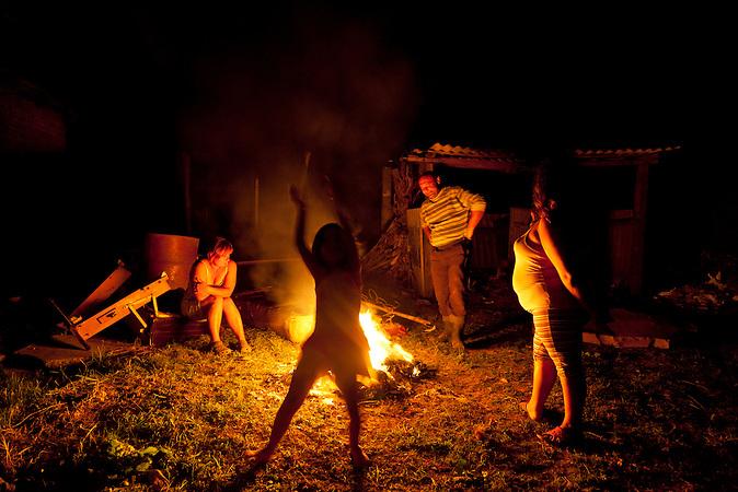 Cantavir, Vojvodina, Serbien, 02.10.2010: Die Familie verbrennt M&ouml;belreste, die sie weder gebrauchen noch verkaufen kann, im Hof. Inci und Pityu haben sich zuvor gestritten.<br /> <br /> <br />Cantavir, Serbia, 02.10.2010: The family lit a fire in the backyard with the leftovers of furniture which they cannot use and sell. Inci and Pityu had an argument directly before.