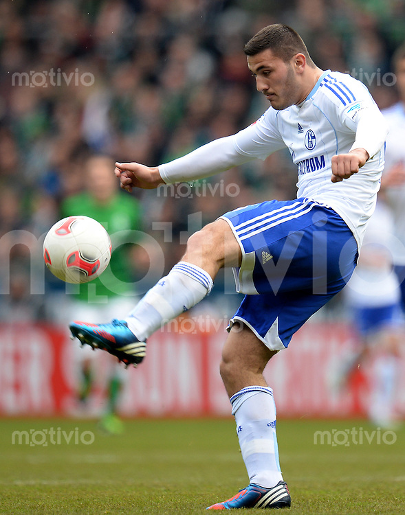 FUSSBALL   1. BUNDESLIGA   SAISON 2012/2013    28. SPIELTAG SV Werder Bremen - FC Schalke 04                          06.04.2013 Sead Kolasinac (FC Schalke 04) Einzelaktion am Ball