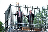 ALGEMEEN: OUWSTERHAULE: De Klokkenstoel aan de Jetze Veldstraweg, 22-05-2012, Repetitie Iepenloftspul 'Teatske', Durk Feenstra (Rein Leenstra), Willem Dijkstra (Siemen Sjoerd de Vries), ©foto Martin de Jong