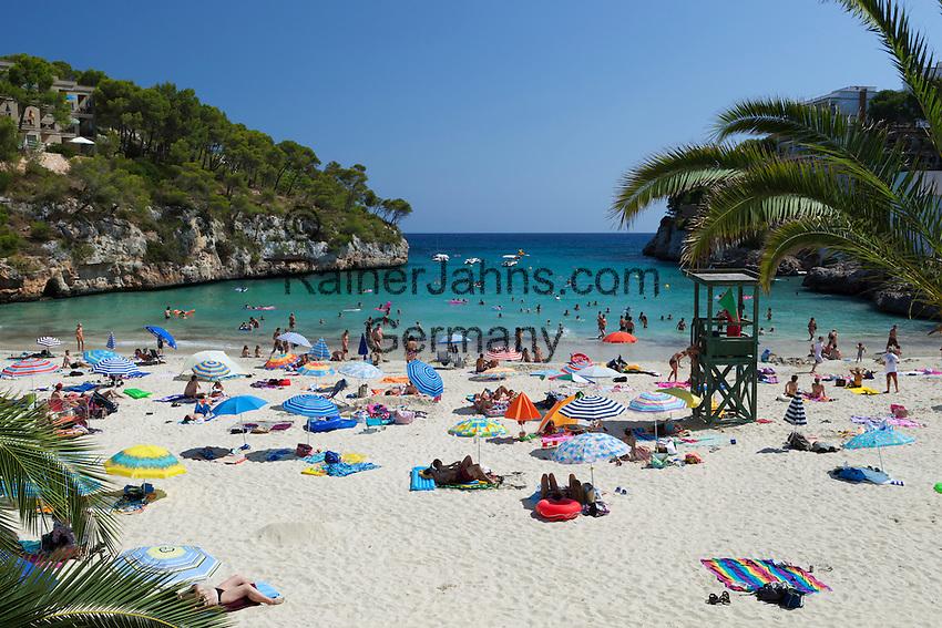Spain, Mallorca, Cala Santanyi: Beach scene at Cala Santanyi | Spanien, Mallorca, Cala Santanyi: beliebte Bucht im Suedosten der Insel