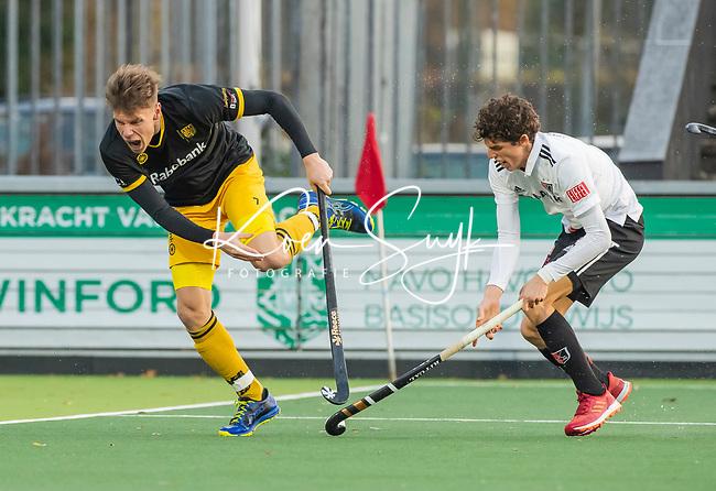 AMSTELVEEN -  Jelle Galema (Den Bosch)  met Johannes Mooij (Adam)   tijdens de competitie hoofdklasse hockeywedstrijd mannen, Amsterdam- Den Bosch (2-3).  COPYRIGHT KOEN SUYK