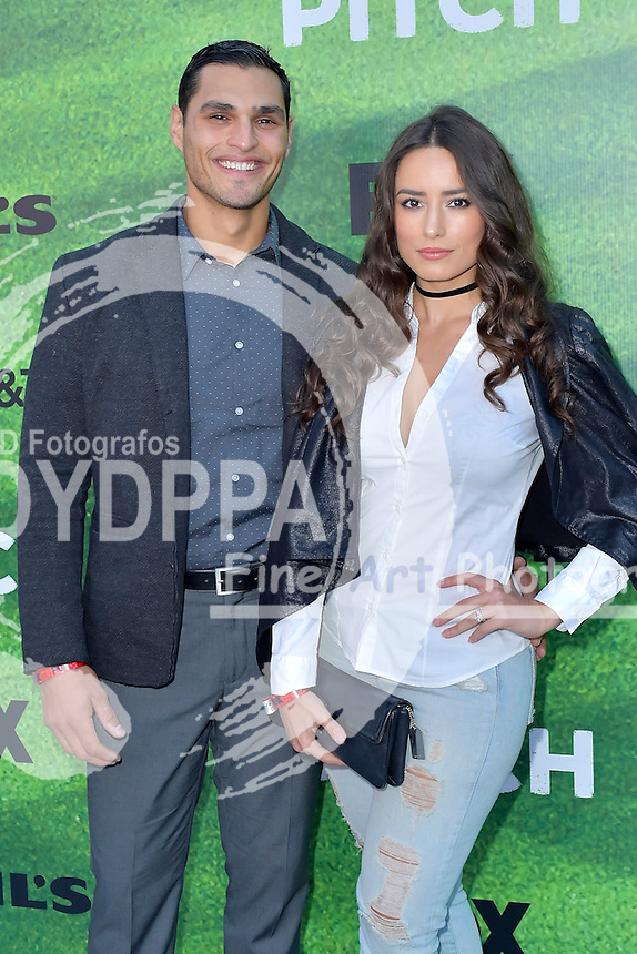 Christian Ochoa und Rebecca Valera bei der Premiere der FOX TV-Serie 'Pitch' auf dem West LA Little League Field. Los Angeles, 13.09.2016