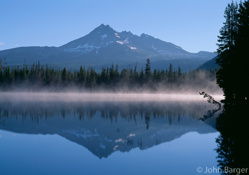 69ORCAC_13 - USA, Oregon, Deschutes National Forest, Broken Top reflects in the misty waters of Sparks Lake in early morning.