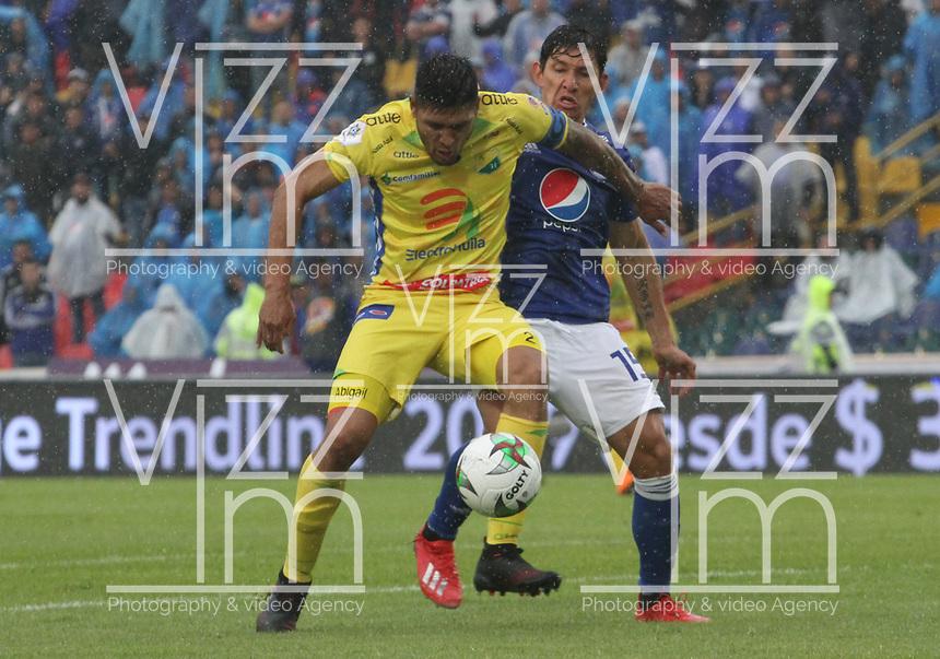 BOGOTÁ - COLOMBIA, 16-02-2019:Roberto Ovelar (Der.) jugador de Millonarios disputa el balón con Luis Cardoza  (Izq.) jugador del Atlético Huila  durante partido por la fecha 5 de la Liga Águila I 2019 jugado en el estadio Nemesio Camacho El Campín de la ciudad de Bogotá. /Roberto Ovelar (R) player of Millonarios  fights for the ball with Luis Cardoza (L) player of Atletico Huila  during the match for the date 5 of the Liga Aguila I 2019 played at the Nemesio Camacho El Campin Stadium in Bogota city. Photo: VizzorImage / Felipe Caicedo / Staff.