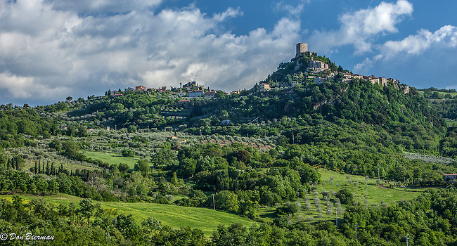 Rocca di Tentennano, 13th century fortress above the village of Rocca d'Orcia, Tuscany, Italy.