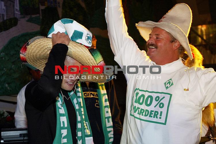 Werder Profis im Bayern Zelt<br /> Traditionell mussten die Neuzugaenge des SV Werder Bremen auf die Buehne im Bayernzelt auf dem Bremer Freimarkt sich dem Publikum praesentieren. Links auf dem Foto Nelson Haedo Valdez im Werder Look.<br /> Foto &copy; nordphoto - Ruediger Lampe<br /> <br />  *** Local Caption *** Foto ist honorarpflichtig! zzgl. gesetzl. MwSt.<br />  Belegexemplar erforderlich<br /> Adresse: nordphoto<br /> Georg-Reinke-Strasse 1<br /> 49377 Vechta