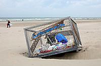 Nederland -  Wijk aan Zee - 2019.   Box op het strand waar afval in gegooid kan worden. Foto Berlinda van Dam / Hollandse Hoogte