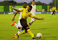 BARRANCABERMEJA - COLOMBIA, 16-09-2017:  Yuber Asprilla (Der) jugador de Alianza Petrolera disputa el balón con Yosimar Quiñones (Izq) de Envigado FC durante encuentro fecha 12 de la Liga Aguila II 2017 disputado en el estadio Daniel Villa Zapata de la ciudad de Barrancabermeja. / Yuber Asprilla (R) player of Alianza Petrolera fights for the ball with Yosimar Quiñones (L) player of Envigado FC during match for the date 12 of the Aguila League II 2017 played at Daniel Villa Zapata stadium in Barrancebermeja city. Photo: VizzorImage / Jose Martinez / Cont