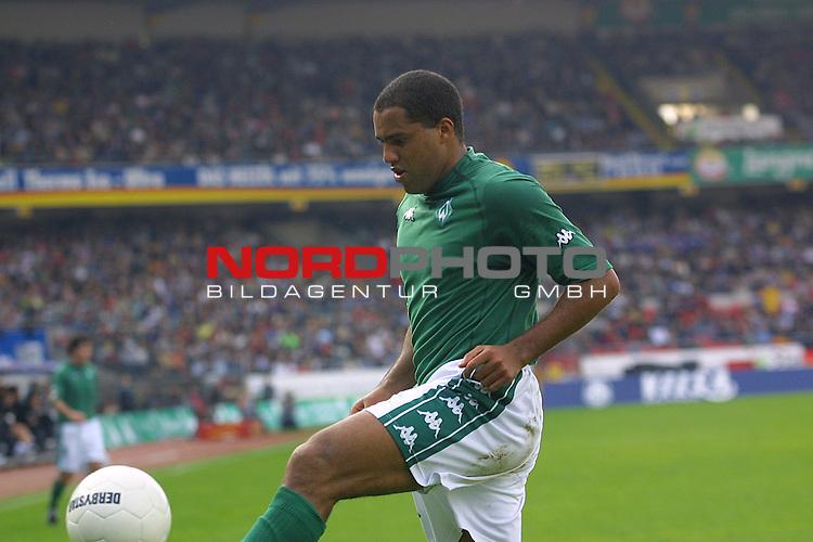 Fussball Bundesliga<br /> SV Werder Bremen vs. Borussia Moenchengladbach  <br /> Ailton<br /> [Foto &prod; nordphoto -  Foto ist honorarpflichtig!  7 % MwSt. Belegexemplar erforderlich - (Dig.Fotografie)<br /> Georg-Reinke-Strasse 1; 49377 Vechta