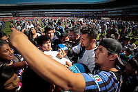 Querétaro, Qro. 05 Enero 2016.- Integrantes de la Resistencia Albiazul y la directiva del Club Querétaro convocaron a la afición del equipo de casa para asistir a un entrenamiento a puerta abierta donde el objetivo principal fue recolectar juguetes para los niños menos favorecidos en este día de reyes. Los aficionados del equipo queretano, abarrotaron los accesos cumpliendo con la invitación de traer un juguete por persona para com partir en la víspera de esta fecha tan especial. Familias completas presenciaron un entrenamiento completo de los jugadores del equipo local. Entre porras, gritos y cánticos transcurrio la sesión del día. Al término, los jugadores firmaron autógrafos y convivieron con los niños asistentes.   <br /> Foto: Victor Pichardo / Obture Press Agency