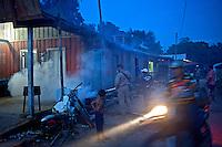 Pulvirazaçao de combate ao mosquito da malaria. Garimpo de Agua Branca. Para. 2010. Foto de Ricardo Funari.