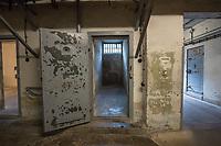 Ehemaliges Gefaengnis der Staastssicherheit in Berlin-Hohenschoenhausen.<br /> Heute ist die ehemalige Untersuchungshaftanstalt die Gedenkstaette Berlin-Hohenschoenhausen und besteht aus den Raeumlichkeiten der ehemaligen zentralen Untersuchungshaftanstalt der Staatssicherheit der DDR, die von 1951 bis 1989 in Weißensee bzw. Hohenschoenhausen in Betrieb war.<br /> Dort wurden vor allem politische Gefangene inhaftiert und physisch und psychisch gefoltert. Mehr als 10.000 Menschen waren hier inhaftiert. Der Gebaeudekomplex war auf Stadtplaenen nicht verzeichnet. Seit den 1990er Jahren hier eine Gedenkstaette als Erinnerungsort fuer die Opfer kommunistischer Gewaltherrschaft in Deutschland. Die Gebaeude der ehemaligen Haftanstalt wurden 1992 unter Denkmalschutz gestellt. Die Gedenkstaette ist Mitglied der Platform of European Memory and Conscience. (Quelle: Wikipedia)<br /> Im Bild: Ein Zellentrakt im Keller.<br /> 4.9.2017, Berlin<br /> Copyright: Christian-Ditsch.de<br /> [Inhaltsveraendernde Manipulation des Fotos nur nach ausdruecklicher Genehmigung des Fotografen. Vereinbarungen ueber Abtretung von Persoenlichkeitsrechten/Model Release der abgebildeten Person/Personen liegen nicht vor. NO MODEL RELEASE! Nur fuer Redaktionelle Zwecke. Don't publish without copyright Christian-Ditsch.de, Veroeffentlichung nur mit Fotografennennung, sowie gegen Honorar, MwSt. und Beleg. Konto: I N G - D i B a, IBAN DE58500105175400192269, BIC INGDDEFFXXX, Kontakt: post@christian-ditsch.de<br /> Bei der Bearbeitung der Dateiinformationen darf die Urheberkennzeichnung in den EXIF- und  IPTC-Daten nicht entfernt werden, diese sind in digitalen Medien nach §95c UrhG rechtlich geschuetzt. Der Urhebervermerk wird gemaess §13 UrhG verlangt.]