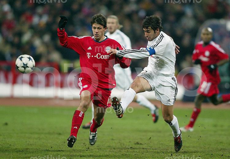 FUSSBALL Champions League 2003/2004 Achtelfinal Hinspiel  FC Bayern Muenchen 1-1 CF Real Madrid Raul (Real,re)gegen Martin Demichelis (FCB)