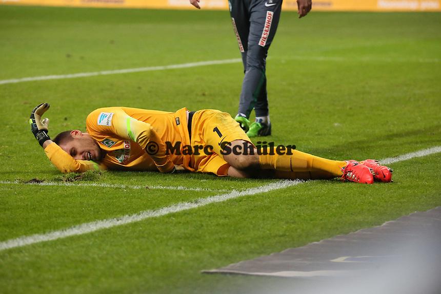 Raphael Wolf (Werder) verletzt nach dem 2:1 von Haris Seferovic - Eintracht Frankfurt vs. SV Werder Bremen, Commerzbank Arena