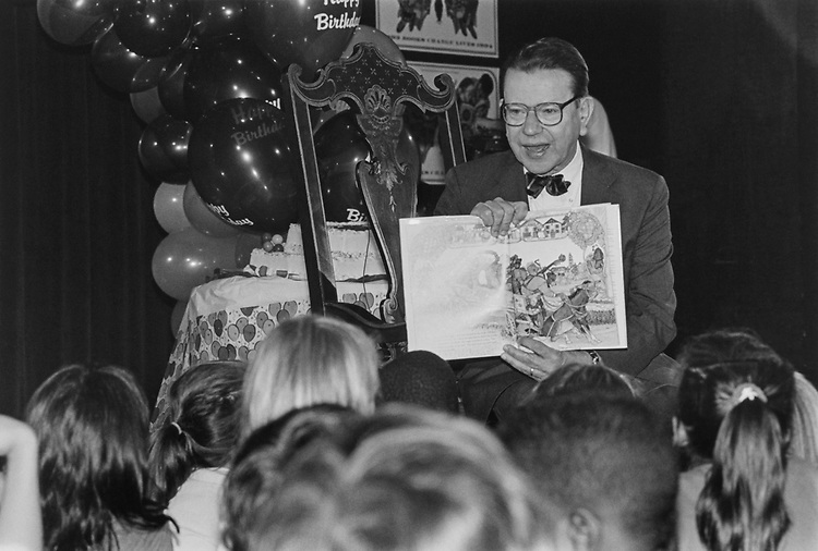"Sen. Paul Simon, D-Ill., reads ""Berlioz the bear"" to 5-8 years old children in Mumford Rm, Madison building on Sep. 9, 1993. (Photo by Laura Patterson/CQ Roll Call)"