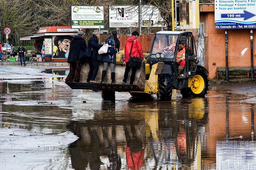Roma 1 Febbraio 2014<br /> Una ruspa viene usata come mezzo di trasporto per attraversare una strada allagata, al quartiere Prima Porta, a Roma.<br /> Roma &egrave; stata una delle citt&agrave; pi&ugrave; colpite da un'ondata di pioggia torrenziale che ha provocato numerosi allagamenti in vari quartieri della citt&agrave;.<br /> Rome February 1, 2014 <br /> A bulldozer is used as a means of transport for  cross a flooded road, the neighborhood Prima Porta, to  Rome. <br /> Rome has been one of the cities worst hit by a wave of torrential rain, that caused flooding in several different neighborhoods of the city.
