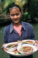 Thailande/Env de Bangkok: Jeune Thailandaise et soupe de nouilles et riz avec du porc du sucre de canne, des piments séchés et cacahuete à Ban-Ama prés de Tha-Kha