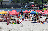 ATENCAO EDITOR FOTO EMBARGADA PARA VEICULO INTERNACIONAL - RIO DE JANEIRO, RJ, 18 DE NOVEMBRO 2012 -  CLIMA TEMPO - Movimentacao de banhistas na praia de Copacabana na capital fluminense na manha deste domingo, 18  FOTO: VANESSA CARVALHO - BRAZIL PHOTO PRESS.
