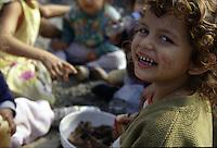 ITALIA Torino  Campo nomadi Rom  (Campo dell'Arrivore, 2001)   pranzo, ragazzini, un bambino sorridente in primo piano