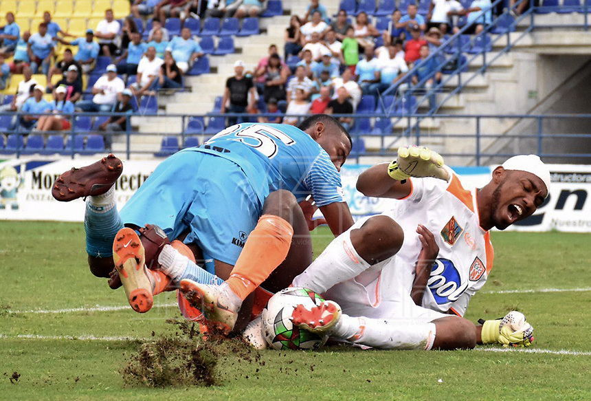 MONTERIA - COLOMBIA, 17-04-2019: John Garcia de Jaguares disputa el balón con Jefferson Martinez, arquero, de Envigado durante partido por la fecha 16 de la Liga Águila I 2019 entre Jaguares de Córdoba F.C. y Envigado F.C. jugado en el estadio Jaraguay de la ciudad de Montería. / John Garcia of Jaguares struggles the ball with Jefferson Martinez, goalkeeper, of Envigado during match for the date 16 as part Aguila League I 2019 between Jaguares de Cordoba F.C. and Envigado F.C. played at Jaraguay stadium in Monteria city. Photo: VizzorImage / Andres Felipe Lopez / Cont