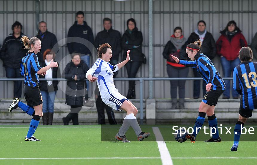 Club Brugge Dames - Rassing Harelbeke : Elien Van Wynendaele aan de bal voor Sarina Heirbaut.foto DAVID CATRY / Vrouwenteam.Be