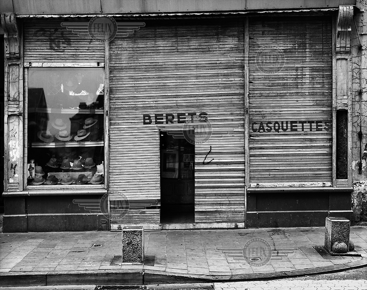 The front of a shop selling hats, berets and caps.