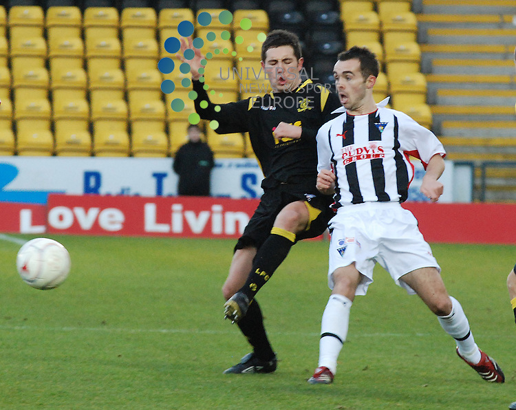 Livingston V Dunfermline Athletic.Irn Bru SFL Div 1..15/11/08 - Almondvale Stadium..Livingston's Liam fox battles in the midfield in this afternoons 3-2 defeat to Dunfermline..Picture by Steven Carrie....All pictures must be credited to www.universalnewsandsport.com.(0ffice) 0844 884 51 22. ........... .