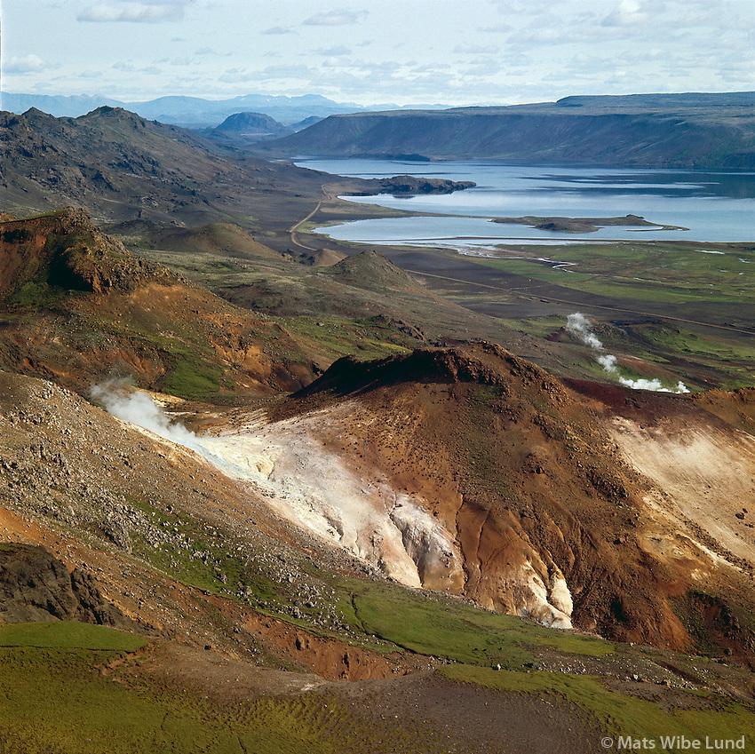 Kleifarvatn, brennisteinshverir i Svefluh&aacute;ls. Hafnarfj&ouml;r&eth;ur.<br /> Loftmynd til nor&eth;urs<br /> Kleifarvatn lake, and hot sulphur springs in the mountainside.<br /> Aerial viewing north.