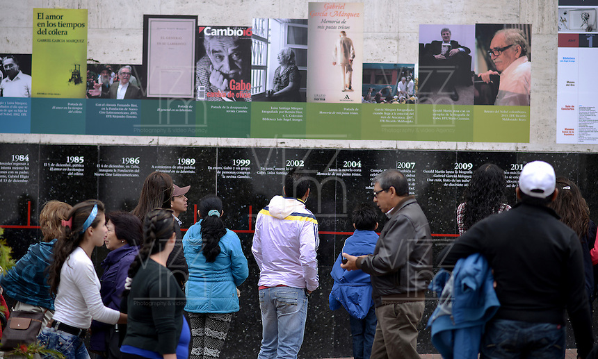 BOGOTA -COLOMBIA. 18-04-2014. Cientos de personas se han acercado a la Biblioteca Luis Ángel Arango de la ciudad de Bogotá para recordar al fallecido escritor colombiano ganador del Nobel de Literatura1982, Gabriel García Marquez, quien murió a los 87 años de edad en ciudad de México ayer, 17 de abril de 2014./ Houndreds of people have to come to the Luis Angel Arango Library to remember the deceased Colombian Nobel Prize-Winning 1982 Author, Gabriel Garcia Marquez, who died at 87 in Mexico city. Photo: VizzorImage/Gabriel Aponte/ Staff