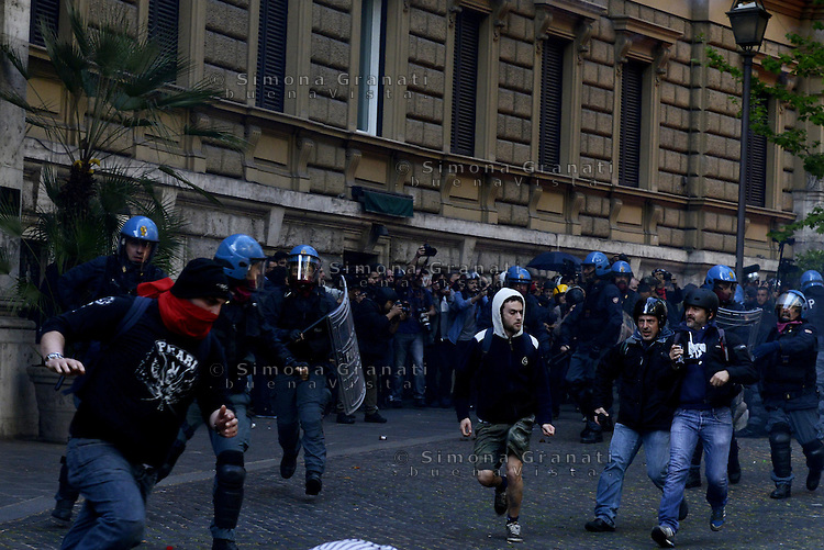 Roma, 12 Aprile  2014<br /> Manifestazione Nazionale dei Movimenti per la Casa contro il piano casa e il Jobs Act del Governo Renzi. Scontri tra manifestanti e forze dell'ordine a via Veneto vicino al ministero del Lavoro<br /> Rome, 12 April 2014<br /> National demonstration of the  movements for housing rights, against the House Plan and the Jobs Act of the  Renzi Government<br /> Clashes between demonstrators and police in via Veneto near the Ministry of Labour.