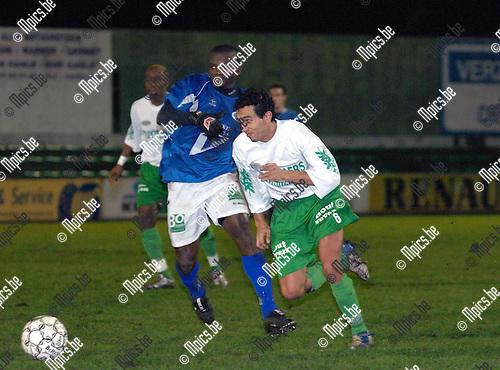 KFC Dessel Sport - KVK Tienen: Sidi Farssi van Dessel Sport (rechts) probeert Thierry Bayoet van Tienen te snel af te zijn