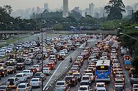 SAO PAULO, SP, 08 DE MARÇO DE 2013 - TRANSITO SP: Trânsito muito congestionado na Av. Pedro Alvares Cabral sentido centro, próximo  ao Parque do Ibirapuera,  zona sul de São Paulo na tarde desta sexta feira (08). (FOTO: LEVI BIANCO / BRAZIL PHOTO PRESS).