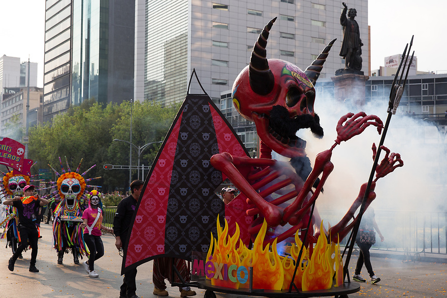 Performers participate in the Day of the Dead parade on Reforma Avenue in Mexico City, Mexico on October 28, 2017. (Photo by Bénédicte Desrus)
