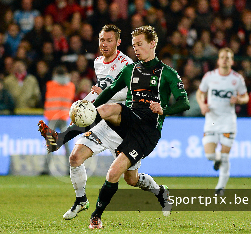 KV Kortrijk - Cercle Brugge : Mathieu Maertens (r) aan de bal voor Teddy Chevalier (l) <br /> foto VDB / BART VANDENBROUCKE