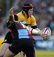 2004/05 Zurich Premiership, NEC Harlequins vs London Wasp,Twickenham, ENGLAND:.Wasps, Jonny O'Conner, hold;s the ball up...Photo  Peter Spurrier. .email images@intersport-images.com...