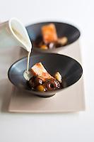 Europe/France/Bretagne/56/Morbihan/Lorient:   Velouté de chanterelles et châtaignes grillées à la cardamone, lard roti en cube,  recette de Philippe  Le Lay  du  Restaurant: Henri & Joseph