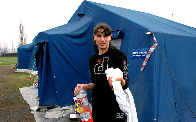 Nel mese di dicembre 2006, la protezione civile ha allestito un campo per accogliere i rom provenienti dai campi abusivi della periferia milanese..I cittadini di Opera hanno respinto i rom ed alcuni di loro hanno incendiato alcune tende del campo