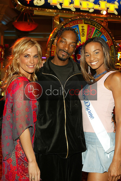 Molly Sims, Snoop Dogg and contest winner Samantha Thomas