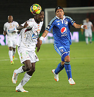 BOGOTA -COLOMBIA. 19-04-2014. Dayro Moreno (Der) de Millonarios  disputa el balon contra Julian Quiñonez del Deportes Tolima  partido por la fecha 18 de La liga Postobon 1 disputado en el estadio Nemesio Camacho El Campin. /   Dayro Moreno (R) of Millonarios  dispute the balloon against Julian Quiñonez  of Deportes Tolima match date 18 The Postobon one league match at the Estadio Nemesio Camacho El Campin. . Photo: VizzorImage/ Felipe Caicedo / Staff