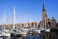 Boten in de Zuiderhaven in Harlingen. Sint Michaelskerk