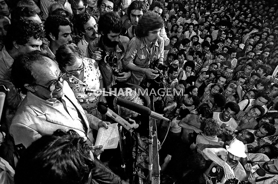 Comício do político Miguél Arraes anistiado. PE. 1979. Foto de Juca Martins.