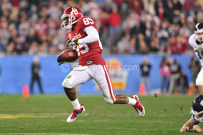 Jan 1, 2011; Glendale, AZ, USA; Oklahoma Sooners wide receiver Ryan Broyles (85) returns a punt in the 3rd quarter of the 2011 Fiesta Bowl at University of Phoenix Stadium.  The Sooners won the game 48-20.