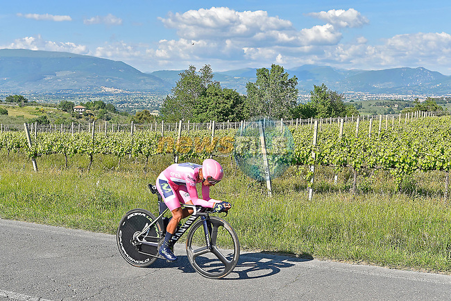 Race leader Maglia Rosa Nairo Quintana (COL) Team Movistar in action during Stage 10 the Sagrantino Stage of the 100th edition of the Giro d'Italia 2017, an individual time trial running 39.8km from Foligno to Montefalco, Italy. 16th May 2017.<br /> Picture: LaPresse/Fabio Ferrari | Cyclefile<br /> <br /> <br /> All photos usage must carry mandatory copyright credit (&copy; Cyclefile | LaPresse/Fabio Ferrari)