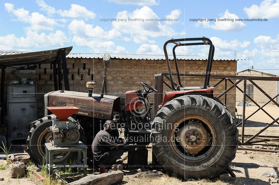 ZAMBIA Barotseland Mongu, farmers doing paddy farming in the flood plains, tractor repair at ricemill / SAMBIA Barotseland , Stadt Mongu , in der Sambesi Flussebene wir Reis abgebaut, Traktor einer Reismuehle