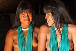 Retrato de &iacute;ndias Kalapalos que acompanham as flautas uru&aacute; no Ritual Kuarup na Aldeia Aiha no Parque Ind&iacute;gena do Xingu | Portrait of Kalapalo girls who accompany uru&aacute; flutes in the Kuarup Ritual at Aiha Village in the Xingu Indigenous Park<br /> <br /> LOCAL: Quer&ecirc;ncia, Mato Grosso, Brasil <br /> DATE: 07/2009 <br /> &copy;Pal&ecirc; Zuppani
