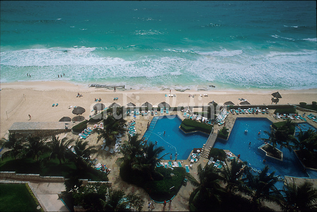 Sol y playas en la ciudad de Cancun, una de las atracciones turisticas de la peninsula de Yucatan, en el sur de Mexico +turismo  * Sun and beaches in Cancun, the touristic atraction of southern Mexico, in the Yucatan peninsula +tourism *Ville de Cancun. +plages, mer, océans, sable, tourisme