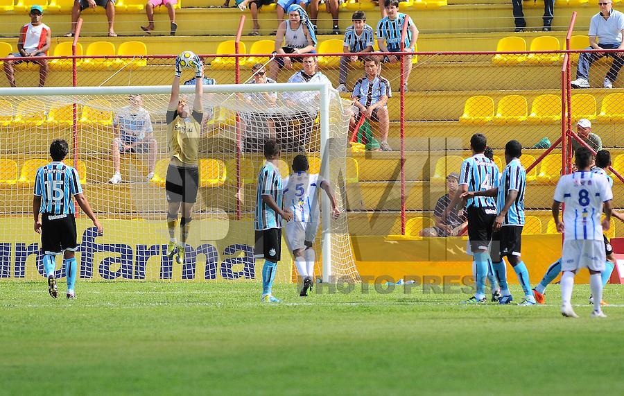 OSASCO, SP, 04 JANEIRO 2011 - COPA SAO PAULO DE FUTEBOL JUNIOR 2012 - <br /> Lance da partida entre as equipes do Gr&ecirc;mio FPA-RS x Orat&oacute;rio RC-AP realizada no Est&aacute;dio Municipal Jos&eacute; Liberatti em Osasco (SP), v&aacute;lida pela 1&ordf; Rodada do Grupo S da Copa S&atilde;o Paulo de Futebol Junior 2012, nesta quarta-feira, 04. (FOTO: FRANCISCO CEPEDA - NEWS FREE).