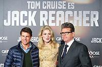 """ATENCAO EDITOR IMAGEM EMBARGADA PARA VEICULOS INTERNACIONAIS - MADRI, ESPANHA, 13 DEZEMBRO 2012 - PRE ESTREIA """"JACK REACHER - (E/D) O Tom Cruise, a atriz Rosamund Pike e o diretor Christopher McQuarrie durante pre estreia espanhola do filme """"Jack Reacher""""no Callao Cinema em Madri capital da Espanha, nesta quinta-feira, 13. (FOTO: ALFAQUI/ BRAZIL PHOTO PRESS)."""